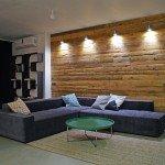 интерьер гостиной с угловым диваном, доска в интерьере, лаконичные формы, гостиная свободной планировке, авторские предметы в интерьере