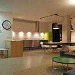 интерьер квартиры, свободная планировка, совмещенная с гостиной кухня, обеденный стол без ножек, белый цвет в интерьере, современный дизайн,цветовые акценты в интерьере, белая плитка в интерьере, лаконичный дизайн