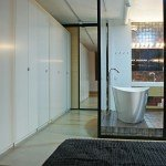 необычная ванная, интерьер, шкафы в коридоре, ванна за стеклом, отдельно стоящая вання