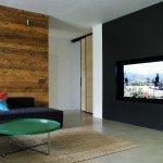 реализация проекта интерьера, гостиная, черный цвет в интерьере, яркие акценты, обшибка стены в гостиной деревом, зал, круглый стол-таблетка, наливной пол, встроенный шкаф, минимализм