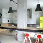 кухня, интерьер, свободная планировка, навесной обеденный стол, яркий салатовый холодильник, красивый интерьер, металлический и деревянные кухонные шкафчики, крупные абажуры, просторная кухня