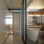 проект интерьера квартиры, ванная комната со стеклянными стенами, коридор из шкафов, ванная на подиуме, организация вентиляции в ванной комнате, медный цвет в интерьере, современный дизайн