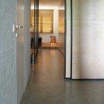 коридор, белый цвет в интерьере, раздвижные двери, наливной пол, дверь без наличника,