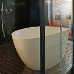 ванна за стеклянными стенами, белая отдельно стоящая ванна, стеклянная ванная комната, ванная в спальне, смеситель в пол