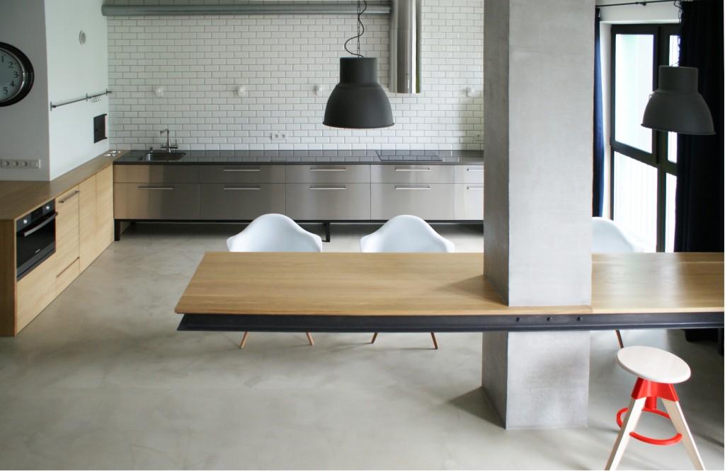 кухня, консольный обеденный стол, стол без ножек, стол с креплением на колонне, стиль лофт, металлическая кухня, кухня без верхних шкафчиков, промышленные лампы в интерьере, сочетание материалов и фактур, монохромный интерьер, бетон в интерьере, акцент красным цветом, стол на двутавре, циллиндрическая вытяжка